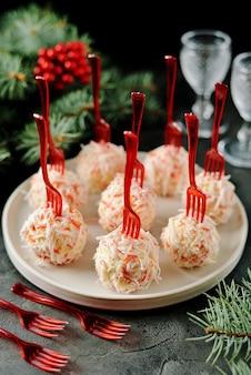 Käsebällchen in krabbenspänen sind ein traditioneller russischer snack für weihnachten und neujahr.