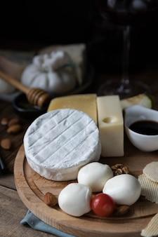 Käsebrett auf einem holztisch