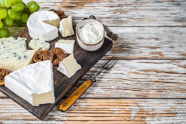 Käsebrett mit brie, camembert, gorgonzola und blauschimmelkäse.