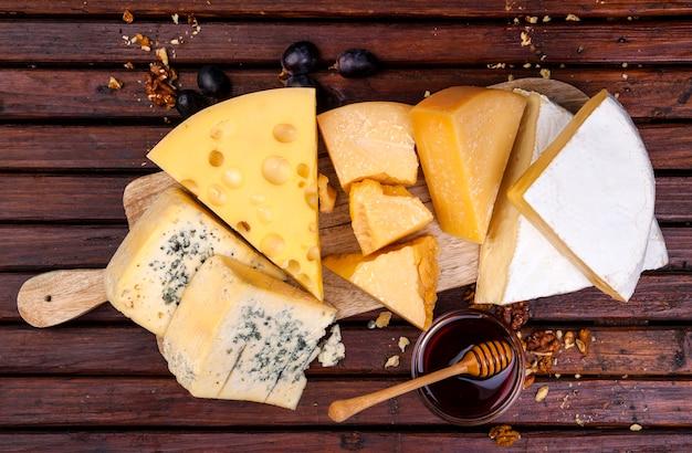Käsebrett. verschiedene käsesorten.
