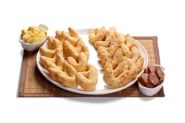 Käsebrötchen oder käsebrot und kalabreserbrötchen, ein beliebter snack und frühstück in brasilien, kolumbien, ecuador, argentinien und paraguay.