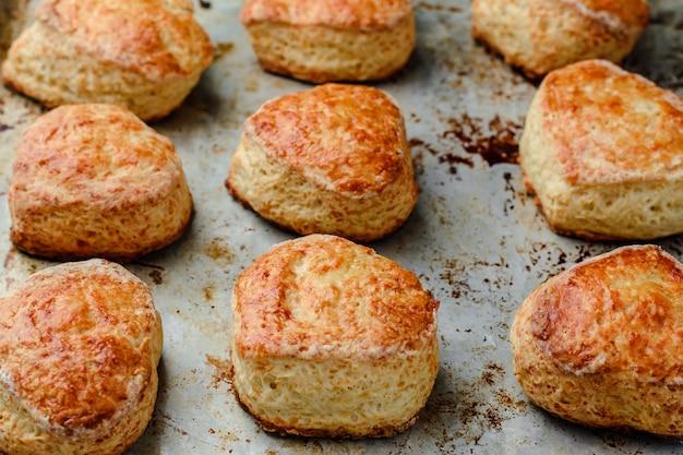 Käsebrötchen scones auf einem mettalic backblech.