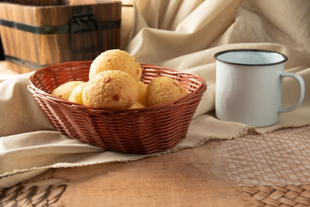 Käsebrot aus brasilien, arrangement mit käsebrot, stoff und accessoires auf einem tisch