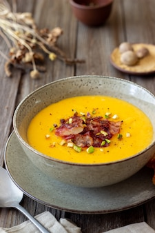 Käsecremesuppe mit speck und pistazien. gesundes essen. rezept.