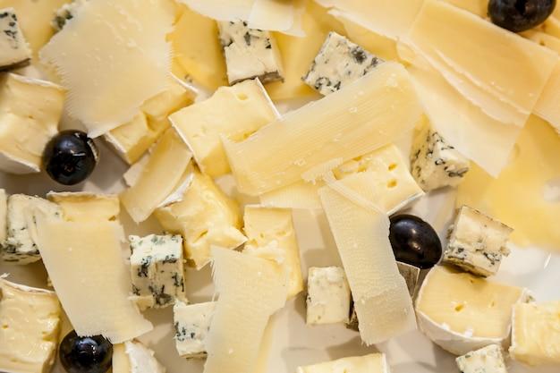 Käsehäppchen verschiedener sorten und oliven für eine party, catering für verschiedene veranstaltungen
