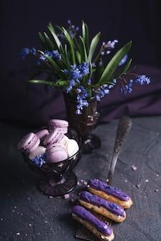 Käsekuchen der schwarzen johannisbeere nahe dem vase