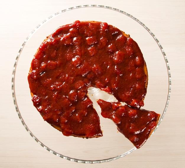 Käsekuchen mit brasilianischer goiabada-marmeladenmarmelade auf teller auf tisch