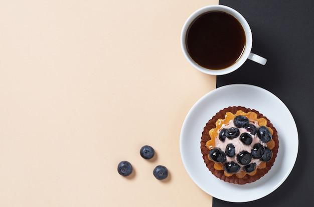 Käsekuchen mit frischen blaubeeren und kaffee