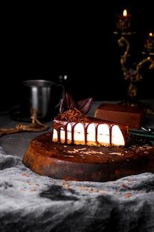 Käsekuchen mit geschmolzener schokolade auf der oberseite