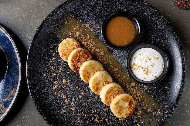 Käsekuchen mit sauerrahm und gesalzenem karamell
