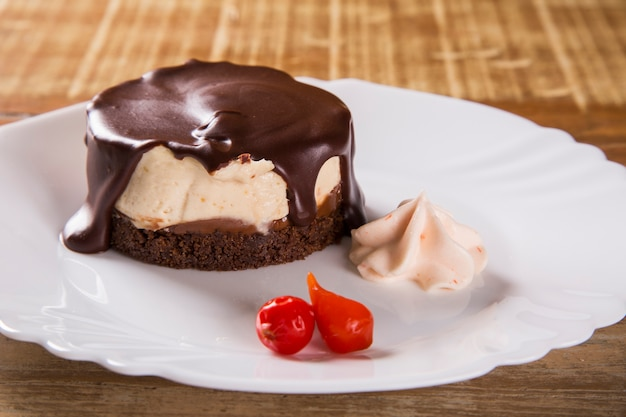 Käsekuchen mit schokoladensauce und pfeffer
