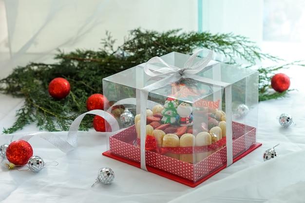 Käsekuchen mit weihnachtsdekoration serviert.