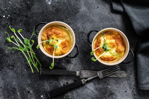 Käseomelett, omelett mit microgreens in einer pfanne