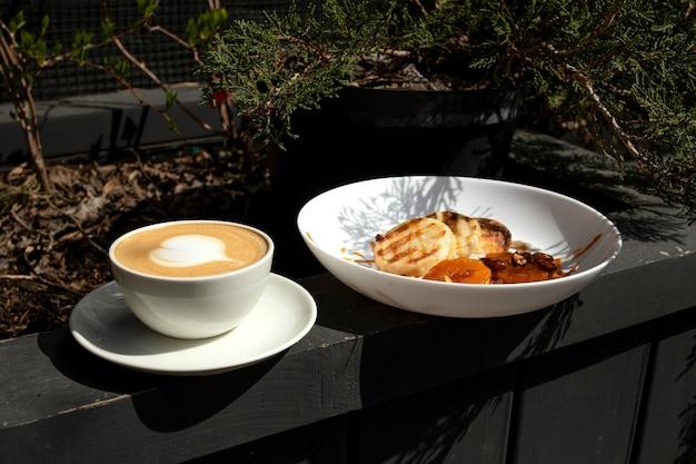 Käsepfannkuchen mit cappuccino. käsekuchen mit mandarinen und karamell.