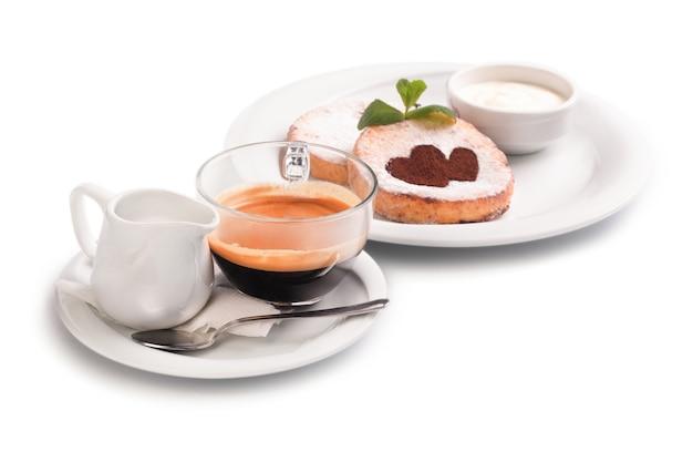 Käsepfannkuchen und kaffee