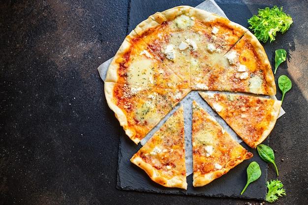 Käsepizza vier käsesorten und verschiedene sorten tomatensauce frisch