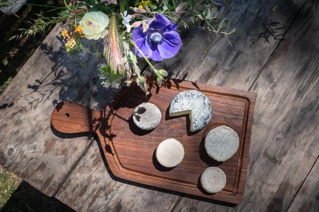 Käseplatte auf einem holztisch in südfrankreich