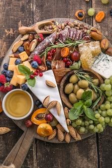 Käseplatte auswahl an leckeren vorspeisen oder antipasti ansicht von oben