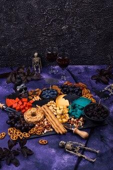Käseplatte mit beeren, trauben, nüssen und snacks