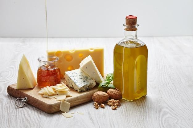 Käseplatte mit gemüse und liefert draufsicht