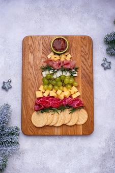 Käseplatte mit salami in baumform