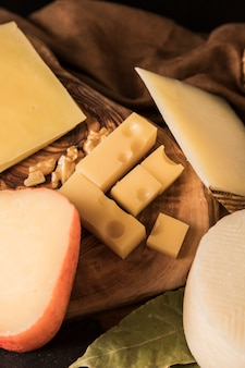Käseplatte mit verschiedenen käsesorten und walnuss
