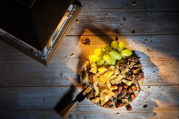 Käseplatte mit verschiedenen snacks auf dem tisch und einem kerzenständer