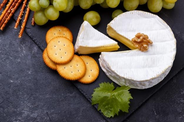 Käseplatte snacks und wein