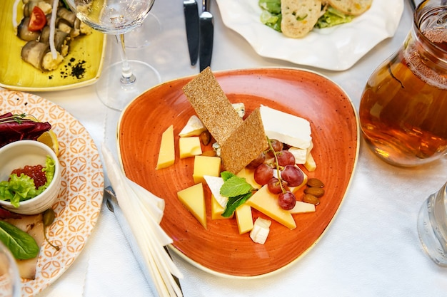 Käseplatte verschiedene arten von käse, trauben grün und schwarz auf event bankett tisch