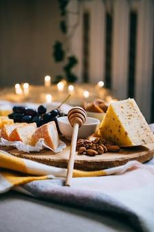 Käseplatte, verschiedener käse, gemütliche weinparty