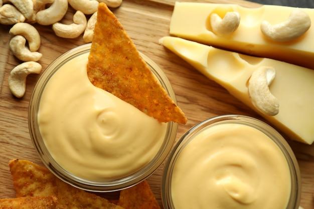 Käsesauce und snacks, draufsicht und nahaufnahme