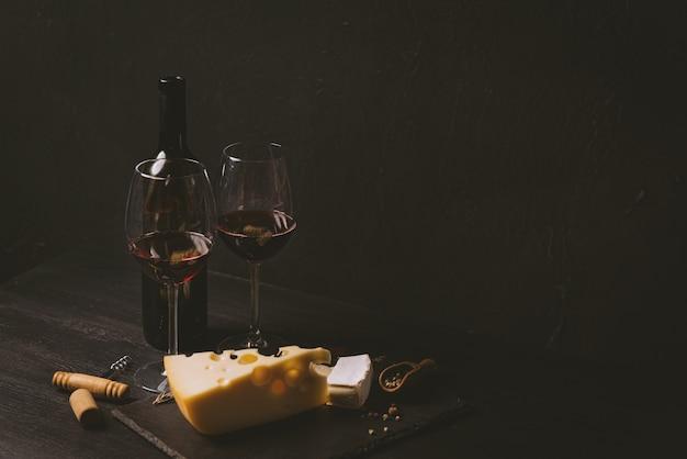 Käsescheiben und glaswein auf dem tisch