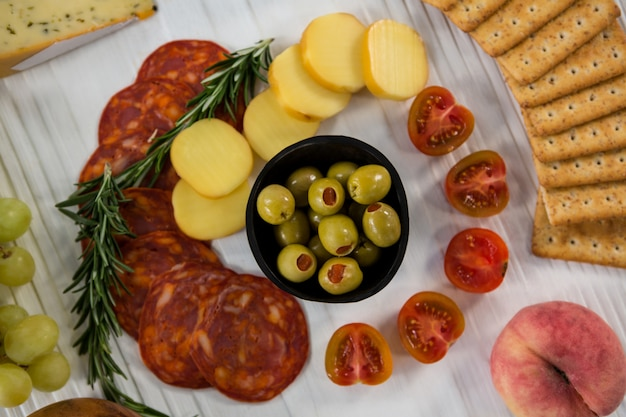Käsesorte mit trauben, oliven, salami und crackern