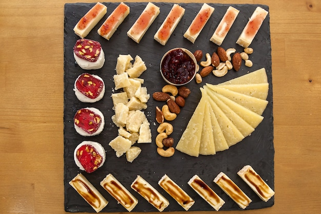 Käsesorten bei einer präsentation von käsereien draufsicht auf eine käseplatte