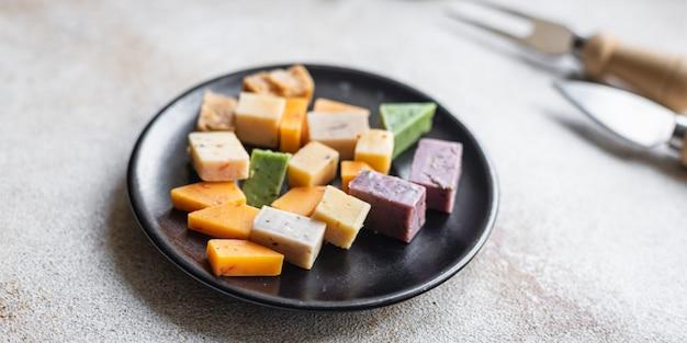 Käsesortiment gereifte käsesorten basilikum lavendel bockshornklee chili gebackene milch kurkuma karotte