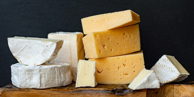 Käsesortiment mit verschiedenen hart- und weichkäsesorten