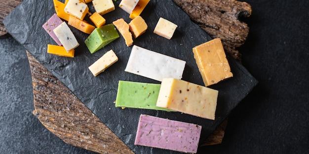 Käsesortiment variation gereifter käse basilikum lavendel bockshornklee chili gebackene milch kurkuma karotte
