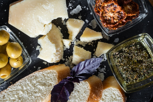 Käsestücke und brot mit verschiedenen kräutern und gewürzen, draufsicht