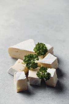 Käsestücke und petersilie