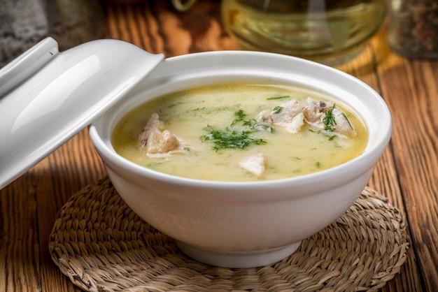 Käsesuppe mit hähnchen und gemüse