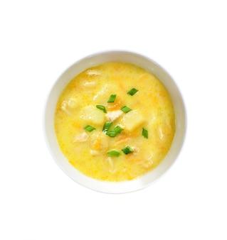 Käsesuppe mit huhn, kartoffeln und kurkuma. draufsicht