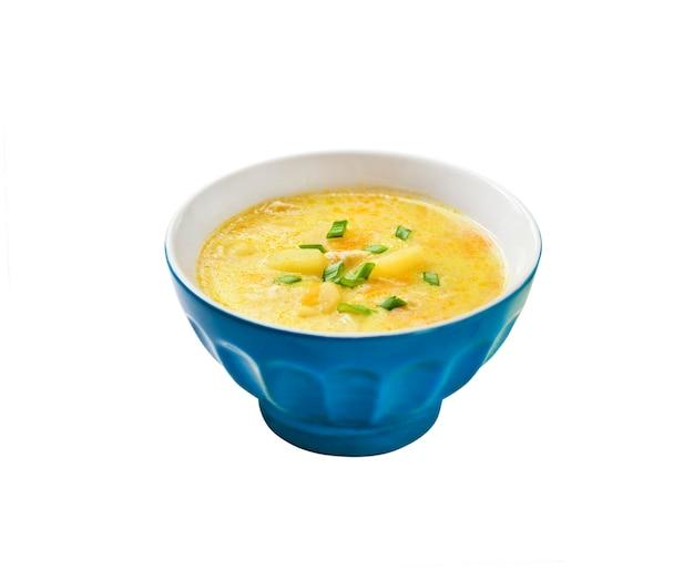 Käsesuppe mit huhn, kartoffeln und kurkuma
