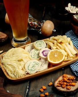 Käseteller auf dem tisch
