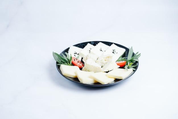 Käseteller mit auswahl verschiedener käsesorten