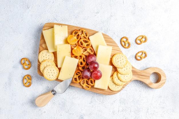Käseteller mit leckerem tilsiter käse und snacks.