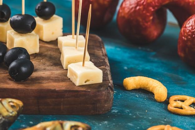 Käsewürfel mit schwarzen oliven und anderen snacks