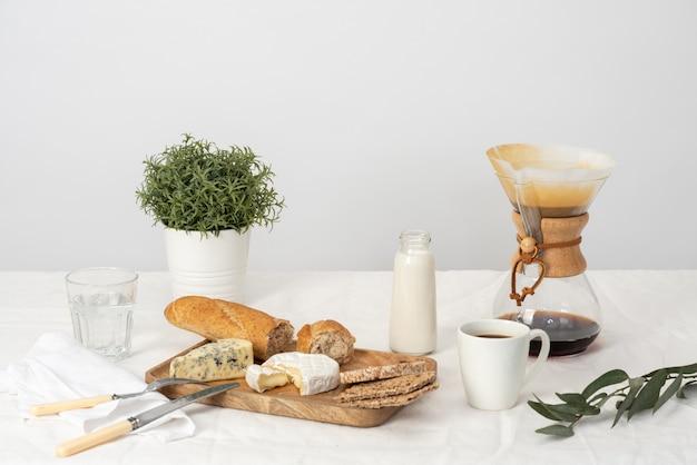 Käsige snacks und leckere tasse frischen kaffee