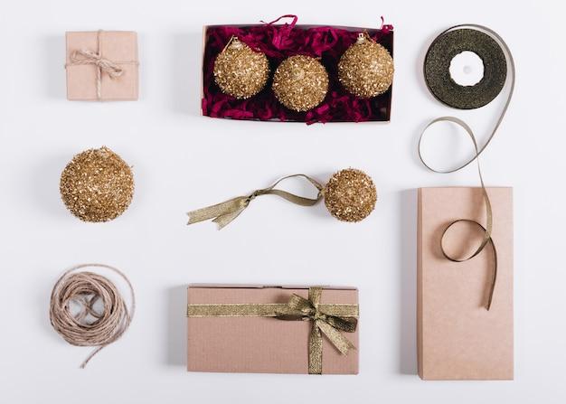 Kästen mit geschenken und weihnachtsdekorationen liegen auf einer weißen tabelle