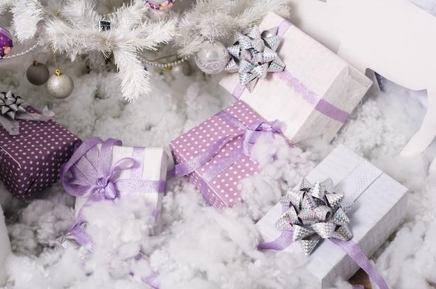 Kästen mit geschenken unter dem weihnachtsbaum