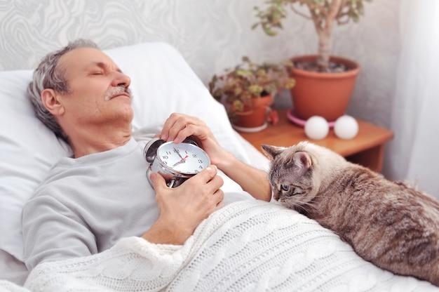 Kätzchen liegt auf dem besitzer und wartet darauf, dass er aufwacht